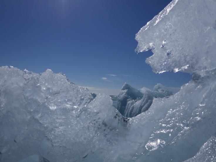 Glaçon d'iceberg glissant à marée basse dans l'océan